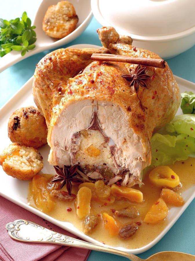 Poulet rôti bourré du riz et des fruits secs image stock