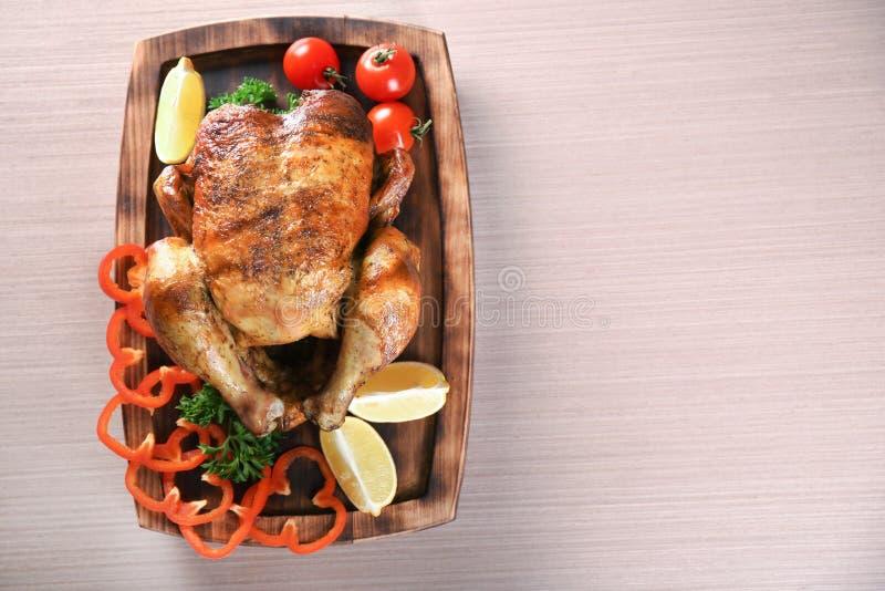 Poulet rôti entier délicieux avec des légumes servis photos stock