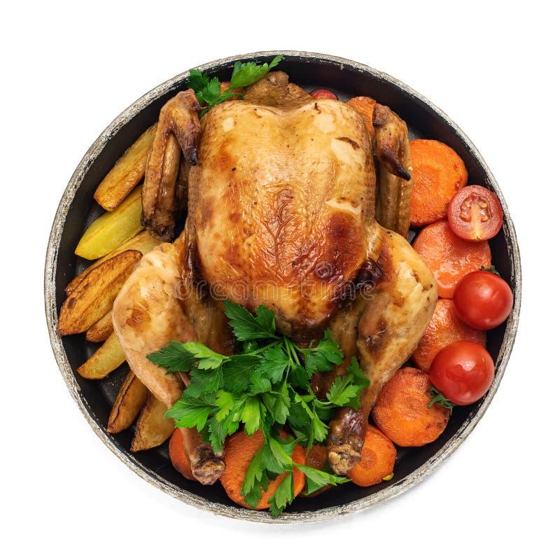 Poulet rôti, pommes de terre et légumes dans le plat d'isolement sur le fond blanc Vue supérieure photos libres de droits