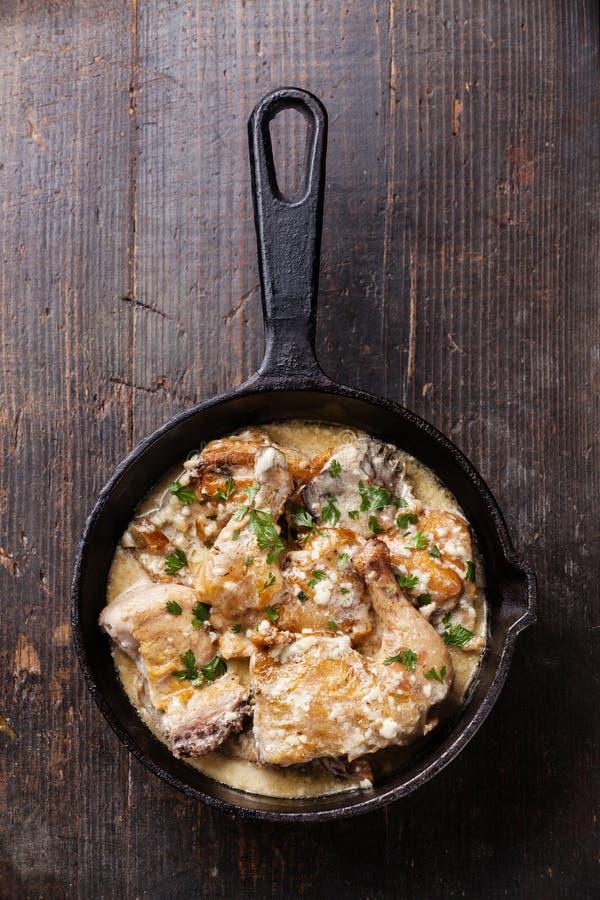 Poulet rôti avec de la sauce à ail crémeuse photo libre de droits