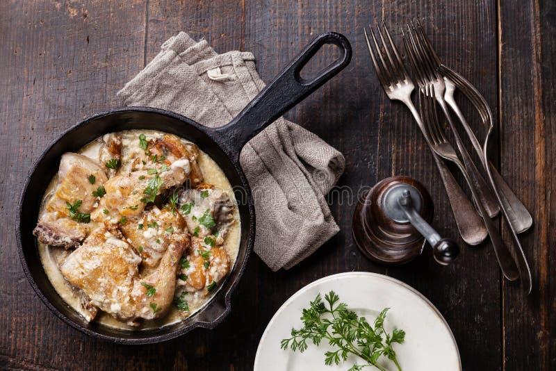 Poulet rôti avec de la sauce à ail crémeuse image libre de droits