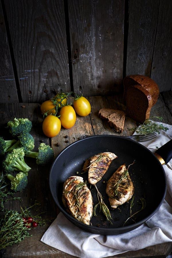 Poulet rôti avec des herbes et des vegables photo libre de droits