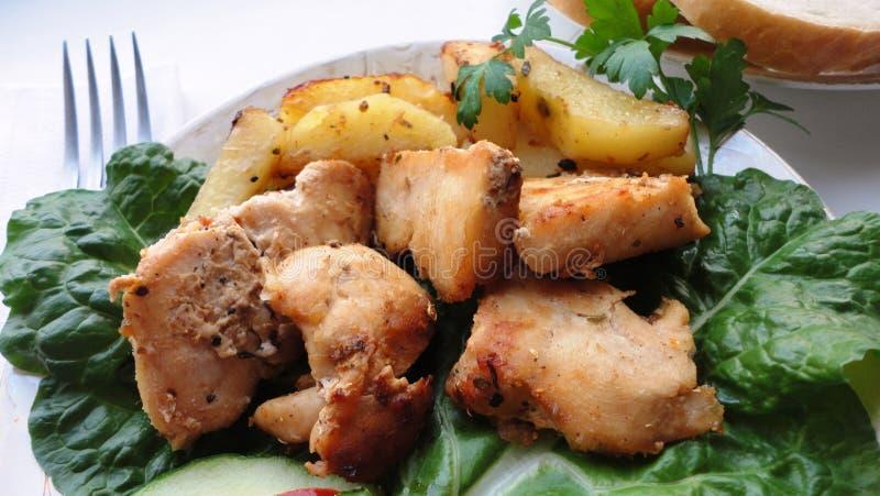 Poulet rôti avec des pommes de terre photographie stock