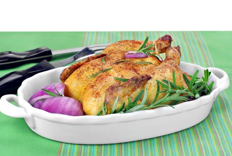 Poulet rôti avec le romarin frais et les oignons rouges image stock