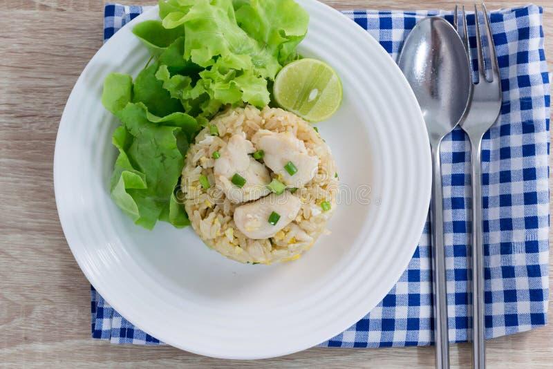 Poulet sain de riz frit de nourriture dans le plat blanc image libre de droits