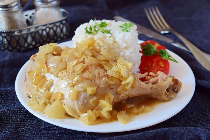 Poulet Yassa avec de la sauce à oignon Nourriture africaine de confort image libre de droits