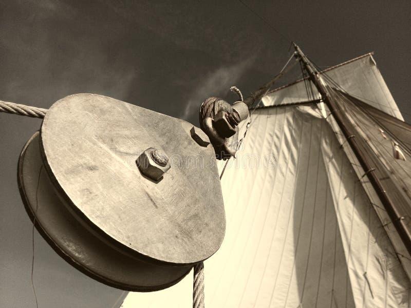 Poulie sur le bateau photographie stock libre de droits
