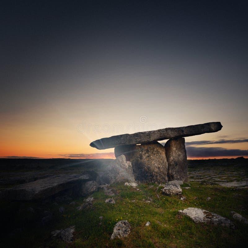 Poulnabrone dolmen i st?ndsm?ssiga Clare, Irland royaltyfri foto
