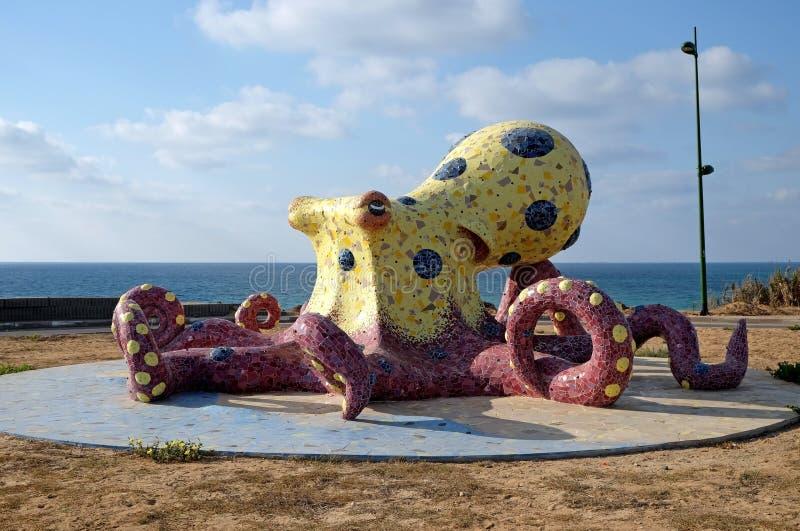 Poulpe de sculpture en ville sur le bord de mer image stock