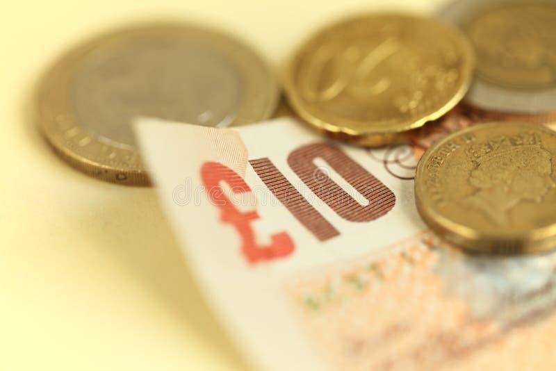 Pound Bill mit Münzen lizenzfreie stockfotos