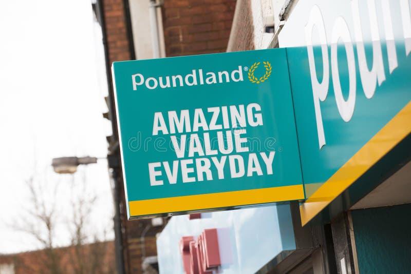 Poundland-Zeichen auf der Hautpstra?e - Scunthorpe, Lincolnshire, Vereinigtes K?nigreich - 23. Januar 2018 stockfotos