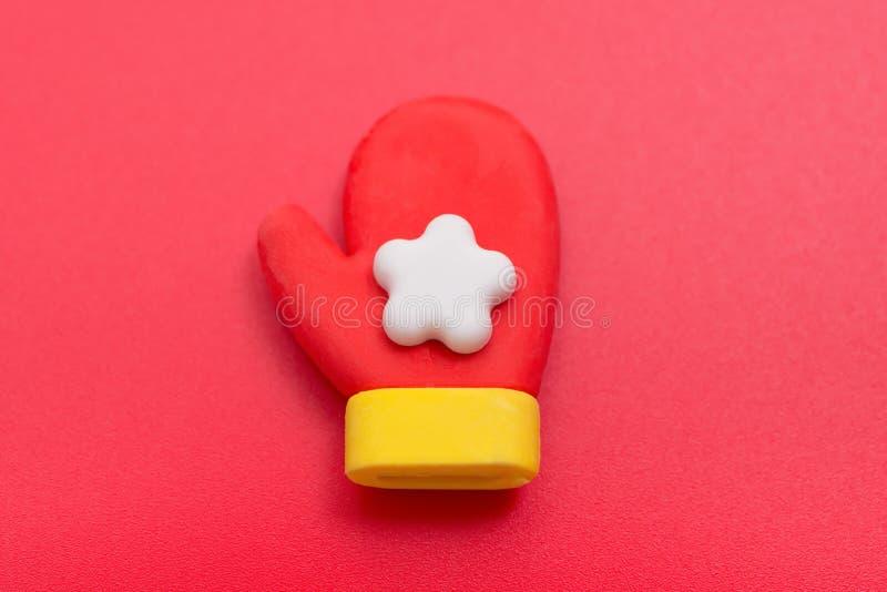 Poupée décorative de Noël de gant de Santa Claus sur le rouge images libres de droits