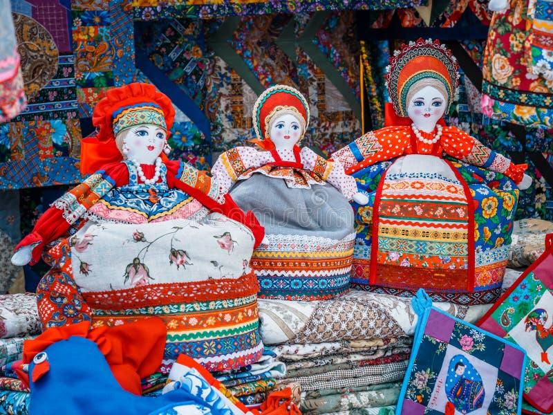 Poupée de chiffon slave Femme faite main de poupée de chiffon, dans le costume russe ethnique traditionnel Souvenirs de Russie images libres de droits