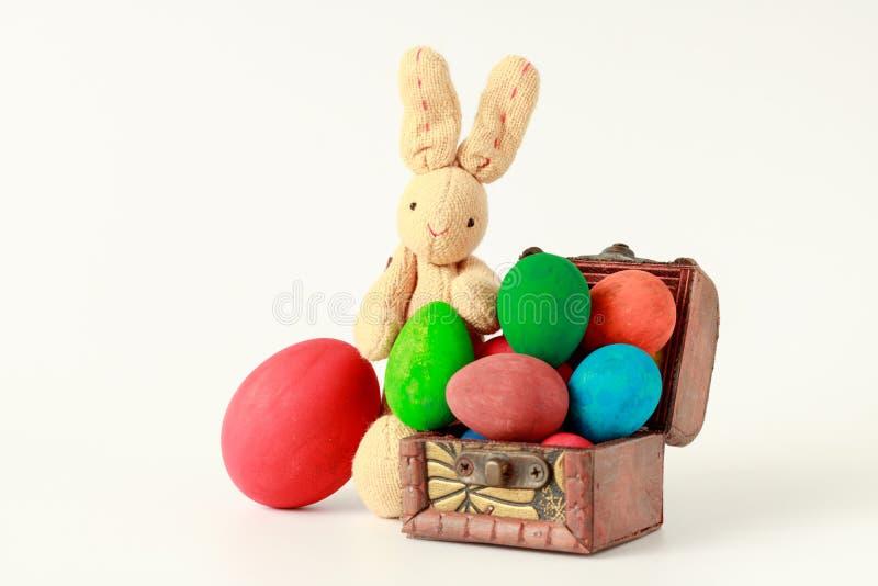 Poupée de lapin avec des oeufs de pâques dans la boîte en bois sur le CCB blanc photo libre de droits