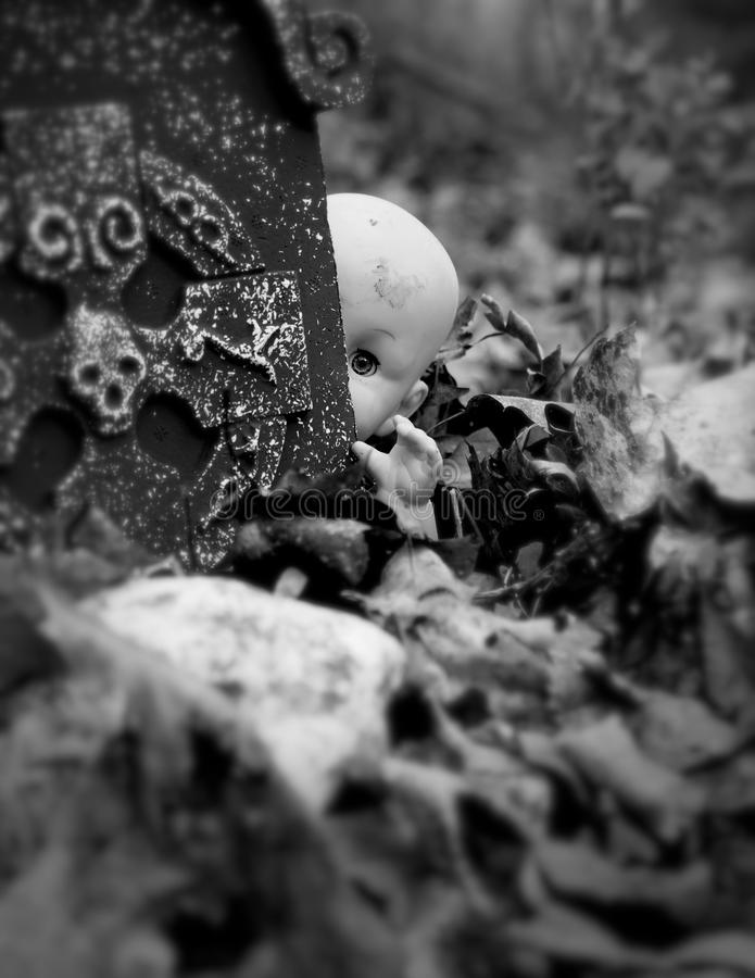 Poupée effrayante dans le cimetière images libres de droits