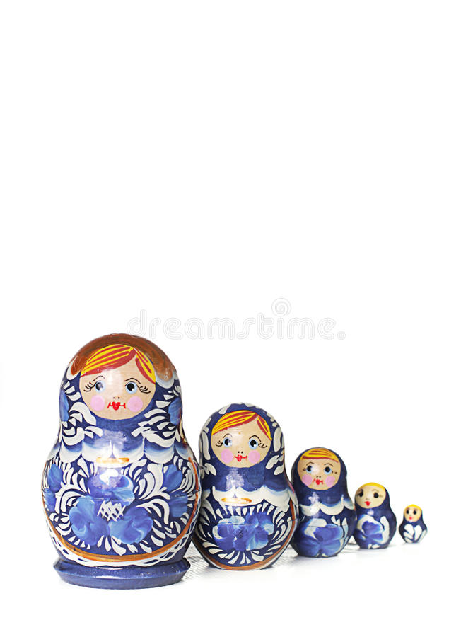 Poupée en bois traditionnelle russe bleue dans la ligne image libre de droits