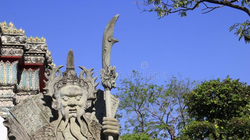 Poupée en pierre chinoise avec l'épée et la lumière du soleil images stock