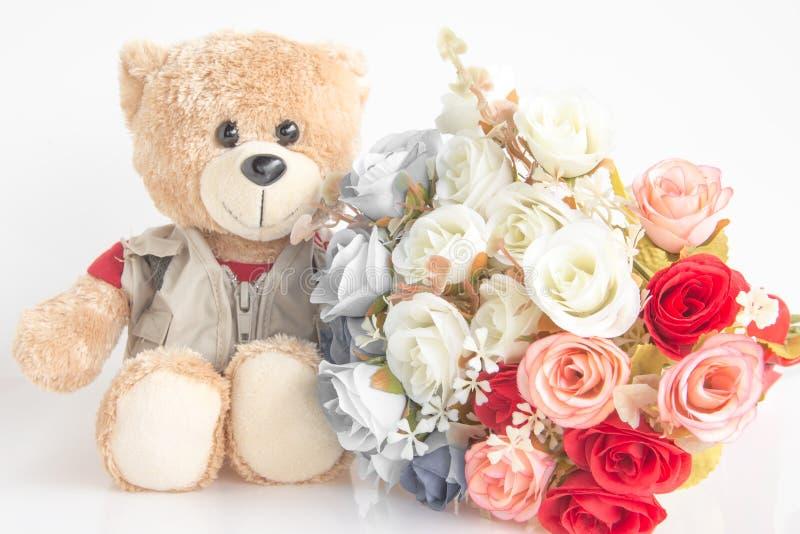 Poupée mignonne d'ours avec le bouquet rose image libre de droits