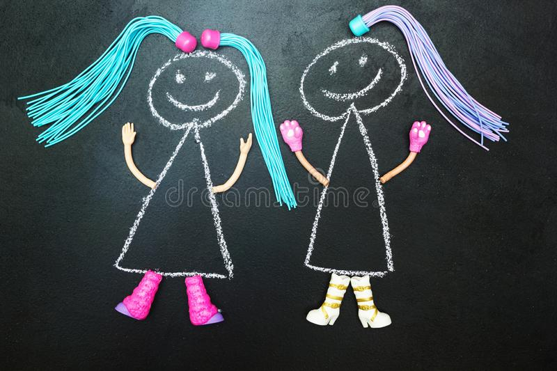 Poupée peinte par deux avec des tresses sur un fond noir illustration libre de droits