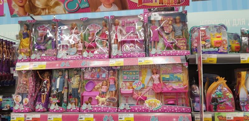 Poupées de Barbie et d'Evi sur des rayons de magasin photographie stock