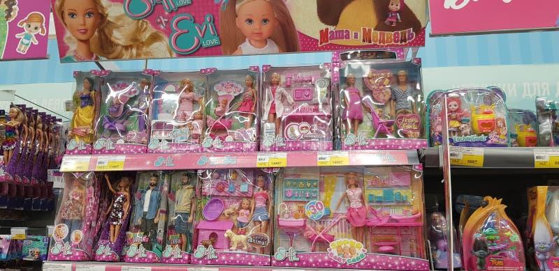 Poupées de Barbie et d'Evi sur des rayons de magasin image stock