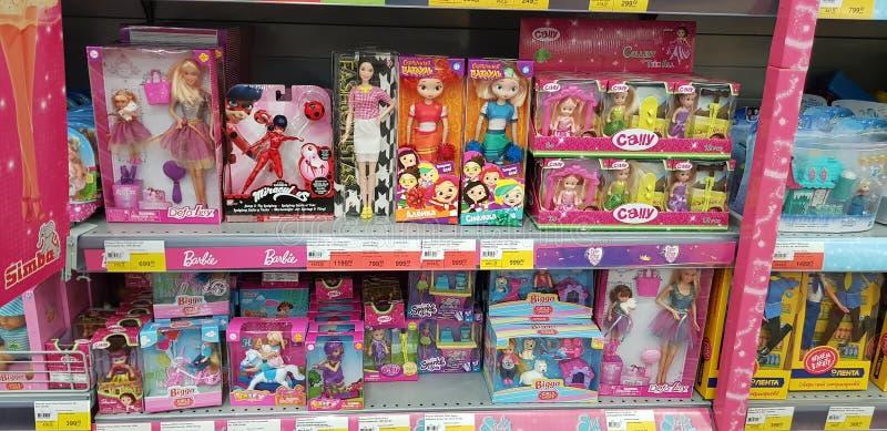 Poupées de Barbie et d'Evi sur des rayons de magasin photographie stock libre de droits