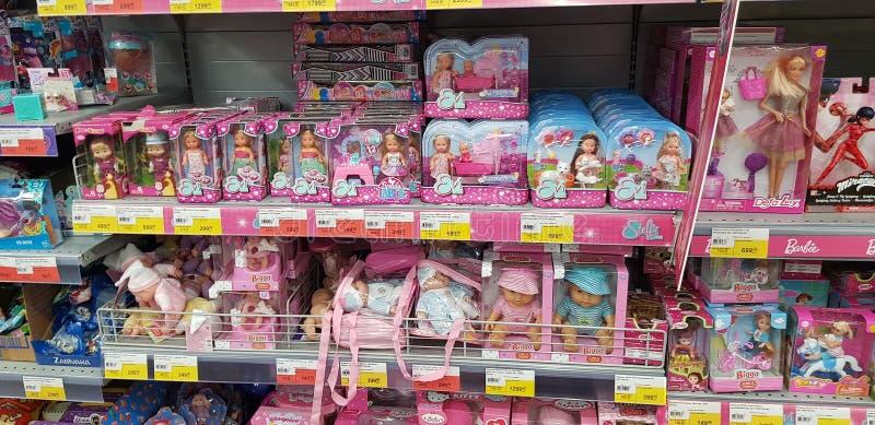 Poupées de Barbie et d'Evi sur des rayons de magasin photos stock