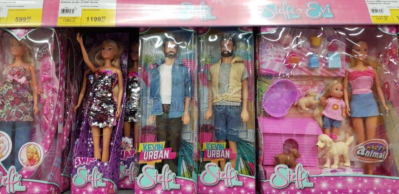 Poupées de Barbie et d'Evi sur des rayons de magasin photo stock
