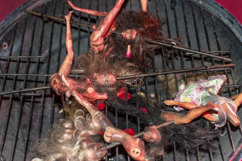 Poupées de Barbie sur le barbecue photographie stock libre de droits