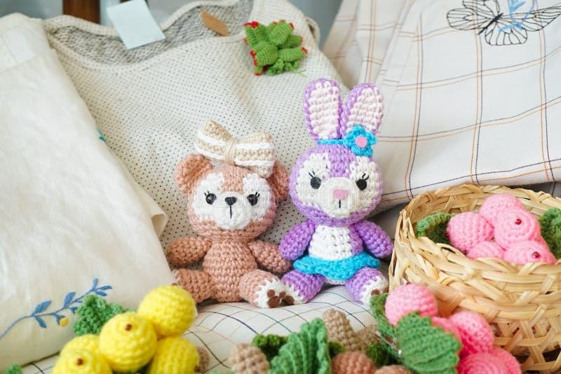 poupées de crochet un ours de nounours et poupée d'amigurumi d'un lapin de Pâques mignons photographie stock libre de droits