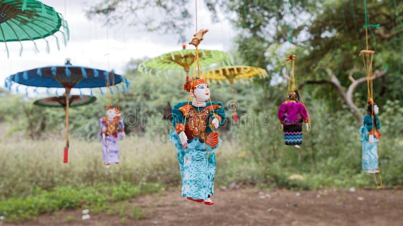 Poupées de marionnettes traditionnelles de Myanmar petites sous des arbres image stock