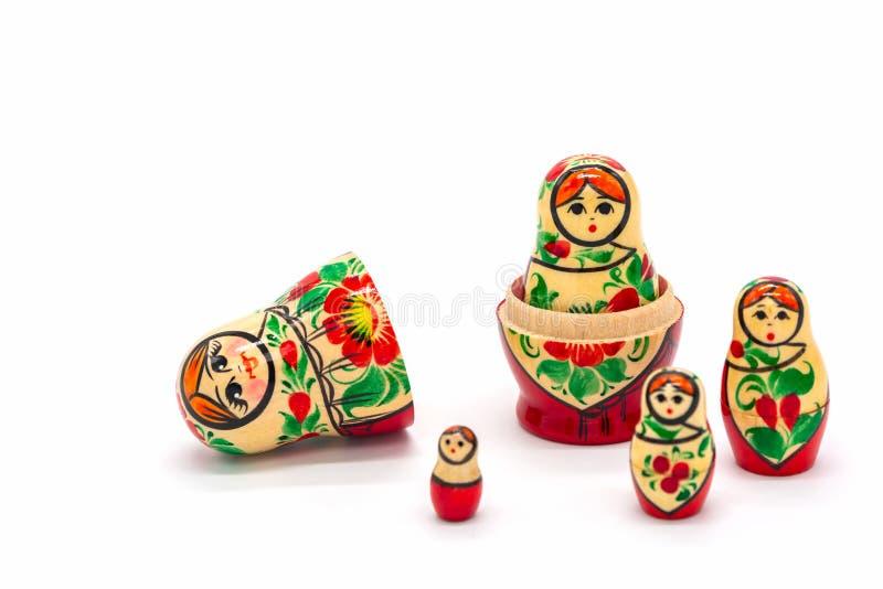 Poupées de Matryoshka d'isolement sur un fond blanc Souvenir en bois russe de poupée images libres de droits