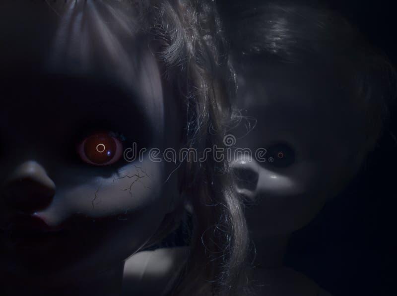 Poupées en plastique effrayantes avec les yeux ardents image stock