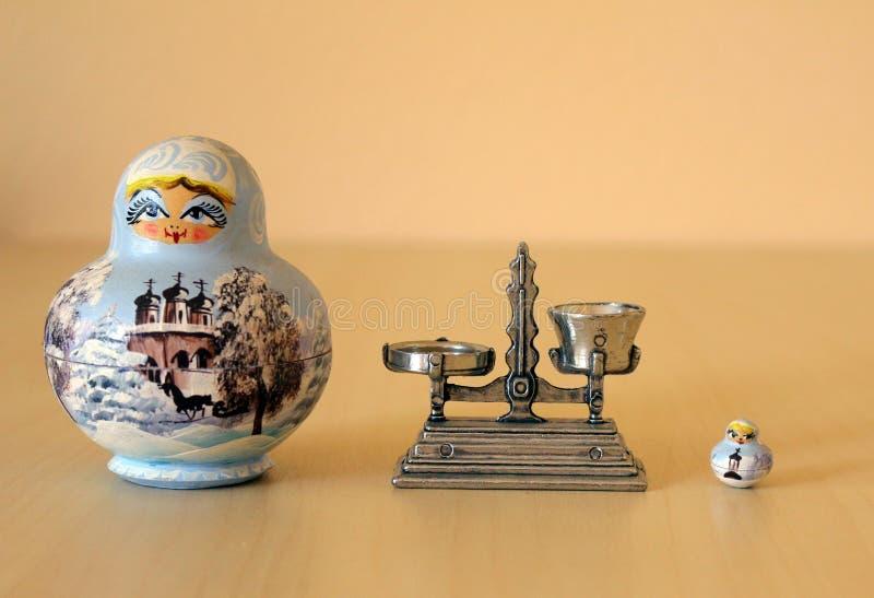 Poupées et échelle de Matryoshka photographie stock libre de droits