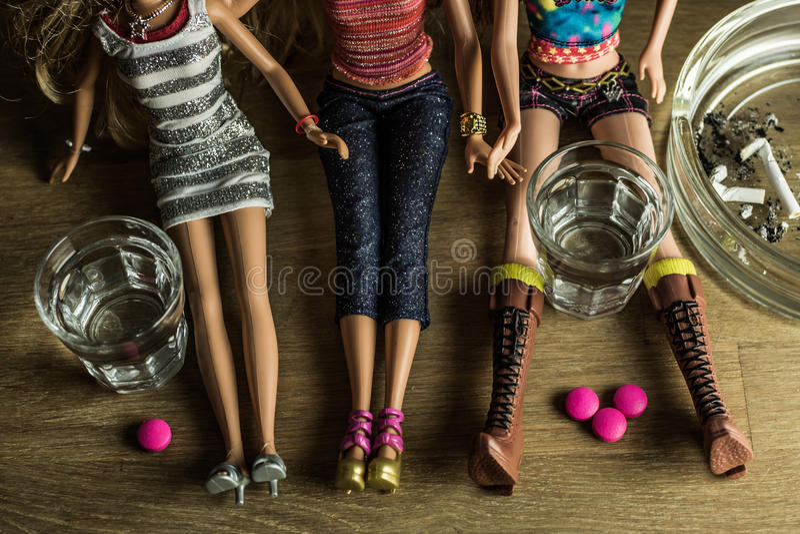 Poupées faisant la fête dur avec de l'alcool, les drogues et les cigarettes image libre de droits