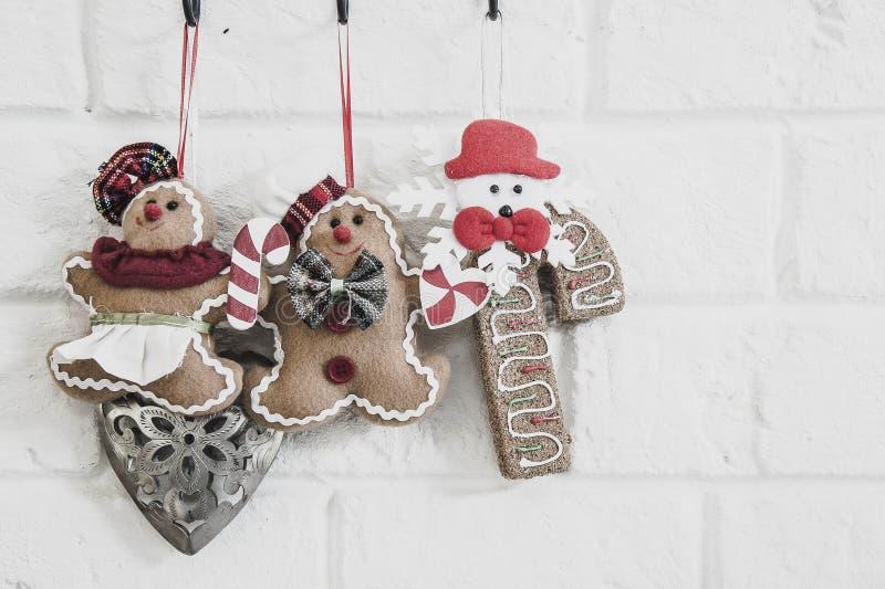 Poupées sur le mur de Noël photographie stock libre de droits