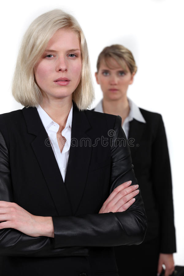 Poupe regardant des femmes d'affaires photographie stock libre de droits