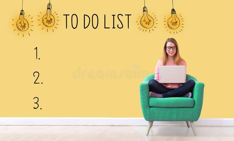 Pour faire la liste avec la femme à l'aide d'un ordinateur portable photos stock