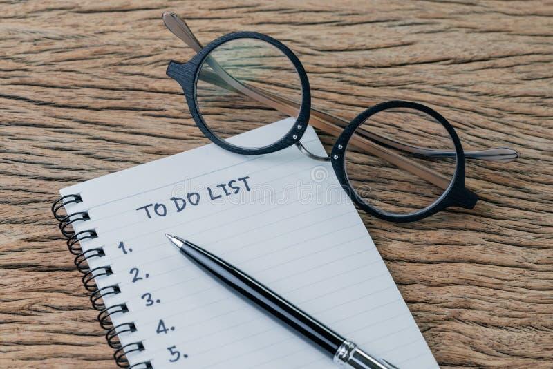 Pour faire la liste, la liste de contrôle des choses ou les tâches d'accomplir pour l'habitude de la vie, concept de plan de proj photos libres de droits