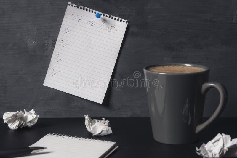 Pour faire la liste et la tasse de café Concept de planification avec l'espace de copie photographie stock