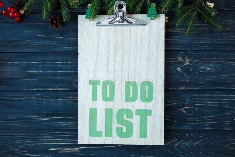 Pour faire la liste sur la protection en bois, branches de l'arbre de sapin, décor sur la table en bois grise Les buts de nouvell photo libre de droits
