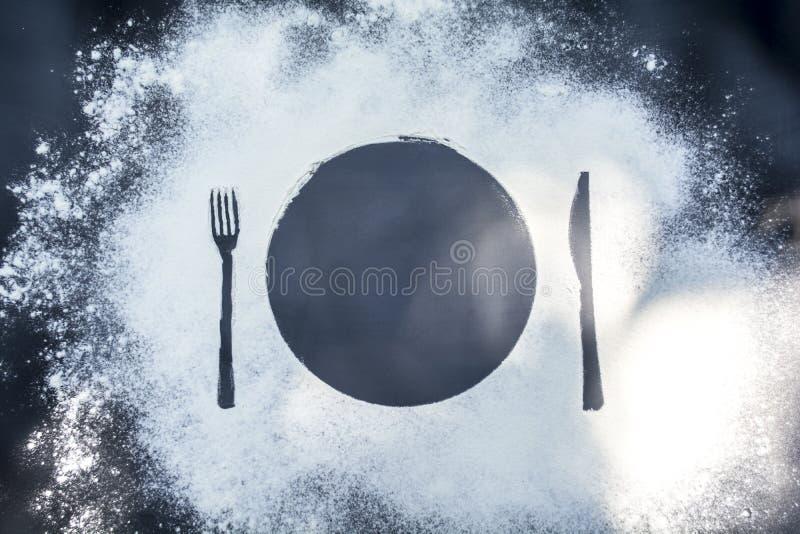 Pour faire la nourriture dans le lever de soleil de matin sur le fond de marbre noir avec de la farine couverte d'appareils de co photo stock