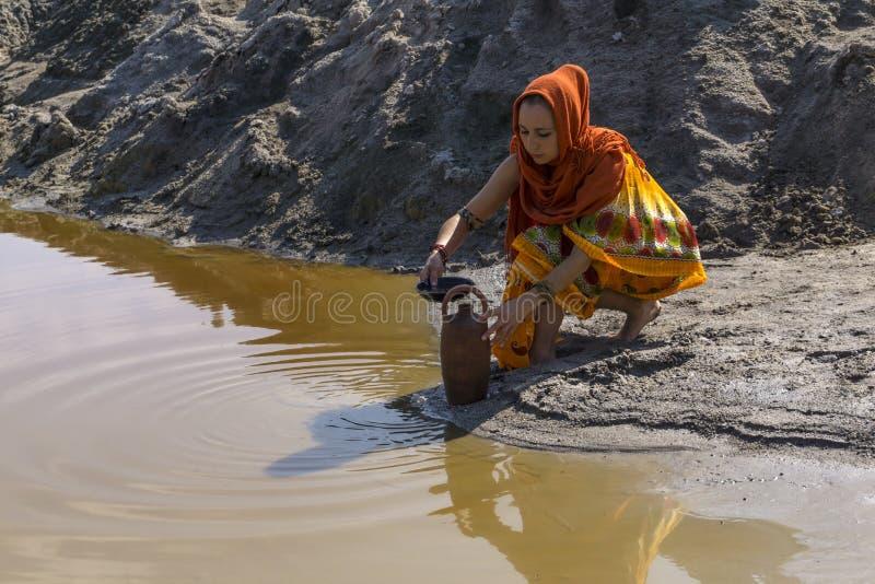 Pour l'eau vers le lac photos libres de droits