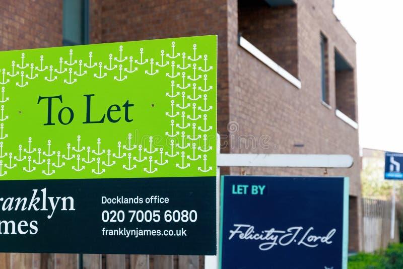 Pour laisser des signes en dehors d'une maison urbaine anglaise photo stock