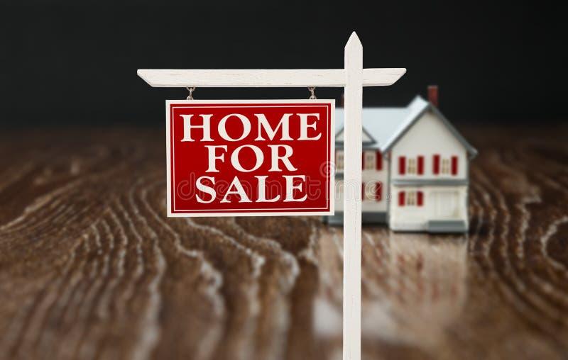 Pour le signe de Real Estate de vente devant Home modèle photo libre de droits