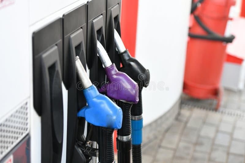 Pour remplir machine du carburant Pompe de station service ?quipez l'essence remplissante d'essence dans le gicleur de fixation d photos libres de droits