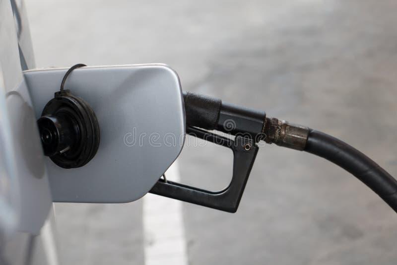 Pour remplir voiture du carburant, fin  image stock