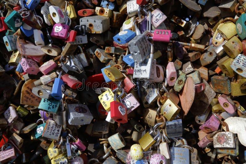 Pour toujours Love - aimez les serrures sur la barrière à la tour de Séoul, Séoul, Corée du Sud - tache de touristes où les amant image libre de droits