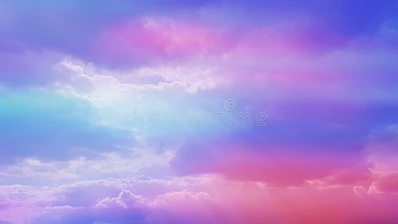 Pourpre et ciel rose avec des nuages et des rayons de soleil photos stock