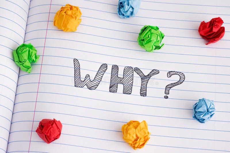 Pourquoi question sur la feuille de carnet avec quelques boules de papier chiffonnées colorées là-dessus photos libres de droits